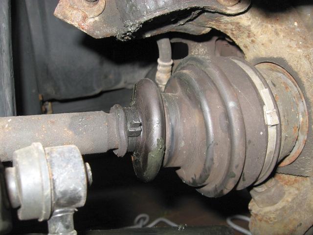 NISSAN Sunny N13 Diesel LX : Defekte Gelenkwellenmanschette rechts - 05.07.2012