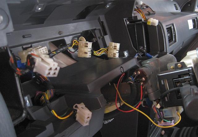NISSAN Sunny N13 Diesel LX : Cockpit ohne Abdeckung und Schalttafeleinsatz - 15.04.2012